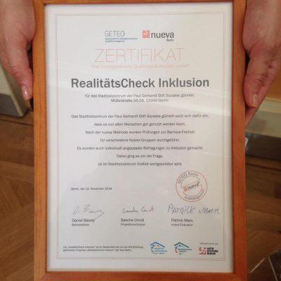 Ein gerahmtes Zertifikat mit dem Titel RealitätsCheck Inklusion